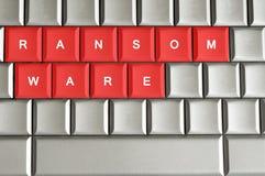 Ransomware écrit sur le clavier métallique image stock