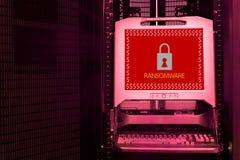 Ransomwareaanval waakzaam op het monitorscherm Stock Fotografie