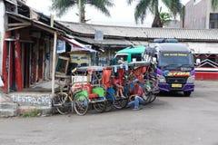 Ransport w Indonezja mini autobusy, riksza i pedestrians -, Jawa Obraz Stock