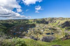 Ranu Kau火山的火山口与雨水的 库存照片