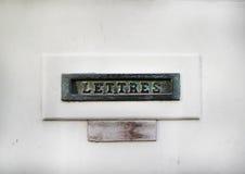 Ranura de correo del vintage en una puerta blanca Foto de archivo libre de regalías