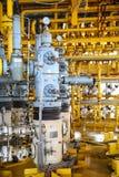 Ranura de la producción petrolífera de petróleo y gas en la plataforma, el control principal bien en el aceite y la industria del fotografía de archivo libre de regalías