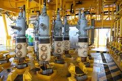 Ranura de la producción petrolífera de petróleo y gas en la plataforma, el control principal bien en el aceite y la industria del Fotos de archivo libres de regalías