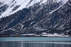 Ranwu sjö i Tibet snöberg Arkivbild