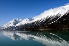 Ranwu sjö i Tibet snöberg Royaltyfri Fotografi