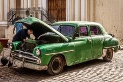 Rapairs автомобиля в улице Стоковое Изображение