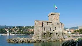 Rapallo - Genua - Italië - het kasteel van Rapallo op het overzees met een golvende Italiaanse vlag stock footage