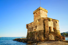 Rapallo, il castello medievale sul mare Genova, Ligury, Italia immagini stock