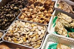 Rapans, ostras y otros crustáceos en tienda Foto de archivo libre de regalías