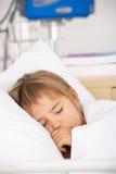Rapariga adormecida na cama do acidente e da emergência Foto de Stock Royalty Free