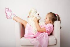 Rapariga agradável na cor-de-rosa no fundo claro Imagens de Stock