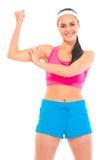 Rapariga alegre da aptidão que mostra seus músculos imagens de stock royalty free
