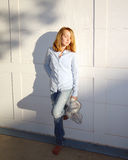A rapariga aprecia a luz do sol Foto de Stock Royalty Free