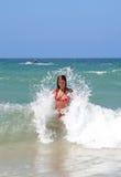 Rapariga atrativa 'sexy' que está sendo espirrada pela onda fria no SE Imagens de Stock Royalty Free