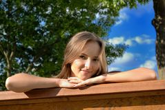 Rapariga bonita ao ar livre no verão Imagem de Stock