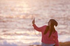 Rapariga bonita com auscultadores fotografia de stock