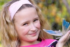 Rapariga bonita com borboleta Imagem de Stock Royalty Free