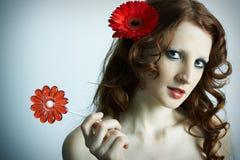 A rapariga bonita com flor Fotografia de Stock Royalty Free
