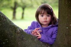 Rapariga bonita com olhar surpreendido que aprecia a natureza imagem de stock royalty free