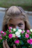Rapariga bonita com um ramalhete Fotografia de Stock Royalty Free