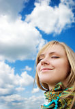 Rapariga bonita em um fundo do céu Imagem de Stock Royalty Free