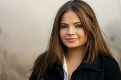 Rapariga bonita fora na névoa Imagens de Stock
