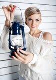 A rapariga bonita guardara uma lâmpada de petróleo Imagens de Stock Royalty Free