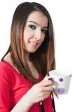 Rapariga bonita isolada que guardara a caneca em sua mão no fundo branco Fotos de Stock Royalty Free