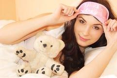 Rapariga bonita na cama na manhã Imagens de Stock Royalty Free