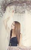Rapariga bonita nas cortinas imagens de stock
