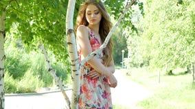 Rapariga bonita no parque do verão video estoque