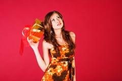 Rapariga bonita no vestido com um presente Fotografia de Stock Royalty Free