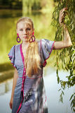 Rapariga bonita perto de uma árvore Fotos de Stock Royalty Free