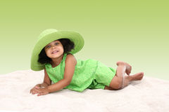 Rapariga bonita que coloca na areia Foto de Stock Royalty Free