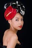Rapariga bonita que desgasta um chapéu da flor imagens de stock