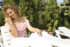Rapariga bonita que escuta a música Fotos de Stock