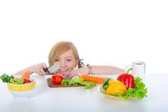 rapariga bonita que prepara o pequeno almoço Fotografia de Stock Royalty Free