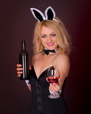 Rapariga bonita vestida como um coelho com vinho Imagens de Stock