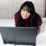 Rapariga bonito com o portátil no quarto Imagem de Stock Royalty Free