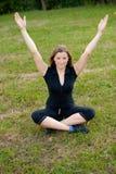 A rapariga bonito meditates ao ar livre Foto de Stock
