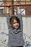 Rapariga bonito que joga nas barras de macaco foto de stock royalty free