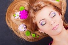 Rapariga com as flores no cabelo Fotos de Stock Royalty Free