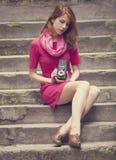 Rapariga com a câmera do vintage 6x6 em exterior. Fotografia de Stock