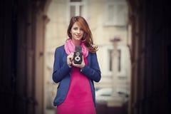 Rapariga com a câmera do vintage 6x6 em exterior. Imagens de Stock Royalty Free