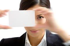 Rapariga com cartão branco fotos de stock royalty free