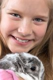 Rapariga com coelho Fotos de Stock