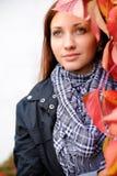 Rapariga com folhas vermelhas Imagens de Stock Royalty Free