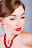 Rapariga com grânulos vermelhos Imagem de Stock Royalty Free