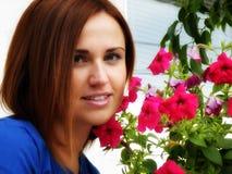 Retrato da sensualidade da flor da rapariga exterior Imagem de Stock Royalty Free