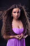 Rapariga com olhar longo do cabelo da beleza em você Fotos de Stock